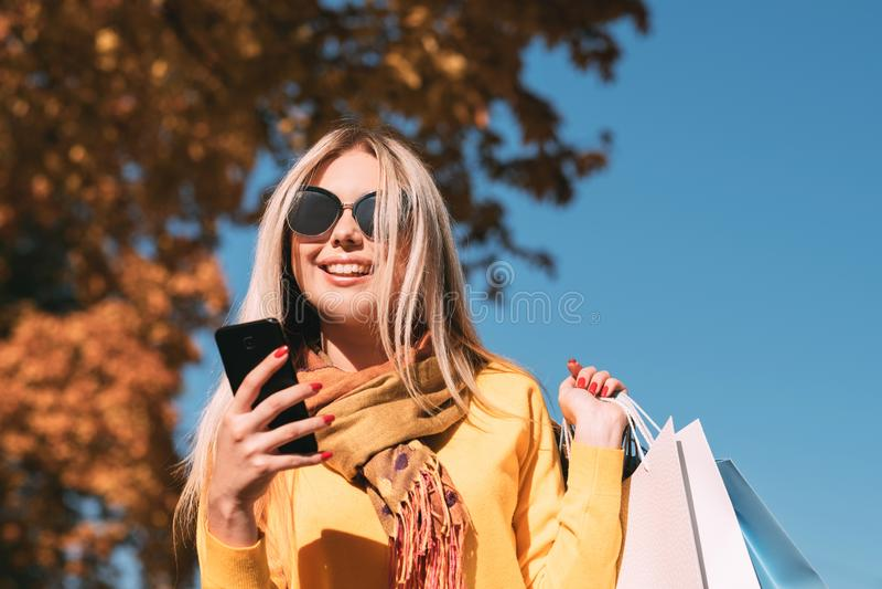 Σύγχρονο smartphone τσαντών αγορών ελεύθερου χρόνου γυναικών στοκ εικόνα με δικαίωμα ελεύθερης χρήσης