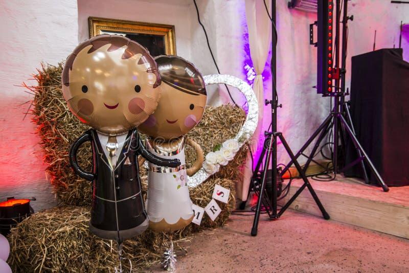 Σύζυγος και νύφη ως βοτάνισμα ballons σε ένα κόμμα στοκ εικόνα με δικαίωμα ελεύθερης χρήσης