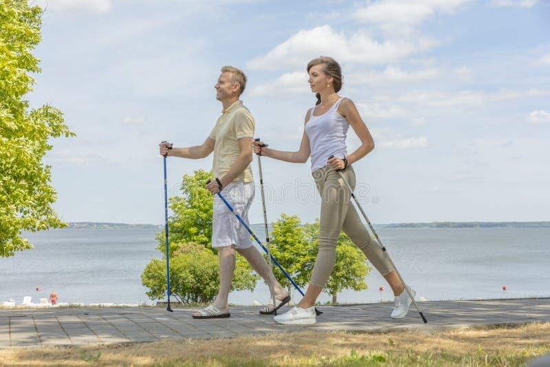 Σύζυγος και σύζυγος που στο σκανδιναβικό περπάτημα φύσης στοκ φωτογραφία με δικαίωμα ελεύθερης χρήσης