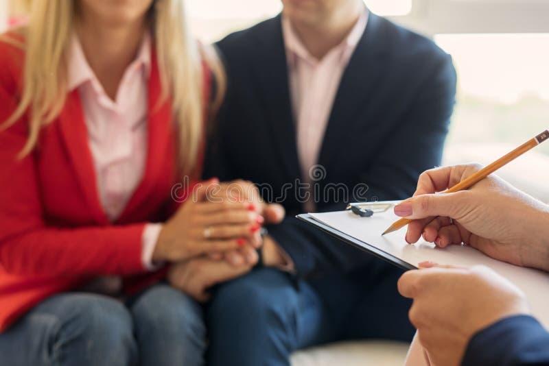 Σύζυγος και σύζυγος που υποστηρίζουν η μια την άλλη στη θεραπεία του ζεύγους στοκ εικόνα με δικαίωμα ελεύθερης χρήσης