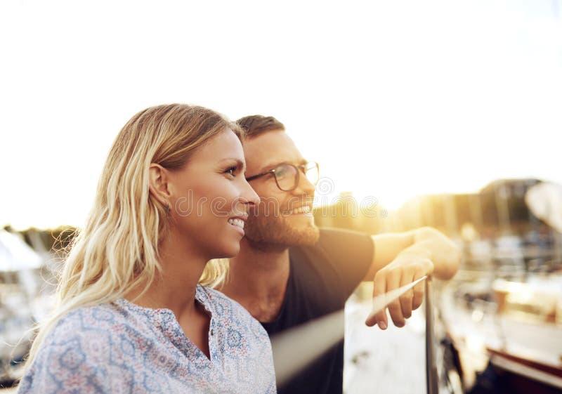 Σύζυγος και σύζυγος που απολαμβάνουν τη ζωή στοκ φωτογραφία με δικαίωμα ελεύθερης χρήσης