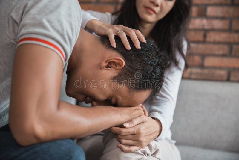 Σύζυγος που ανακουφίζει το λυπημένο σύζυγο στοκ φωτογραφία