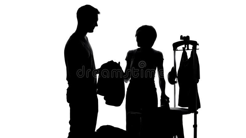Σύζυγος που δίνει τα ενδύματα συζύγων για το σιδέρωμα, εγχώριες μικροδουλειές γυναικών, ρουτίνα οικοκυρικής στοκ εικόνες με δικαίωμα ελεύθερης χρήσης