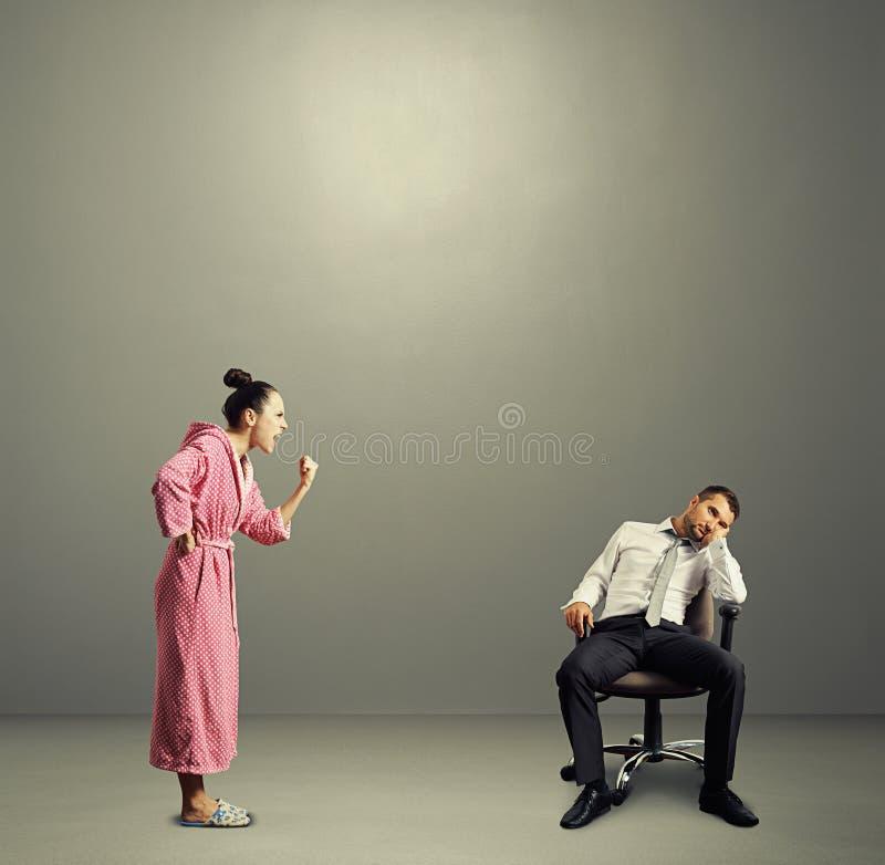 Σύζυγος που κραυγάζει στον οκνηρό σύζυγο στοκ φωτογραφίες με δικαίωμα ελεύθερης χρήσης