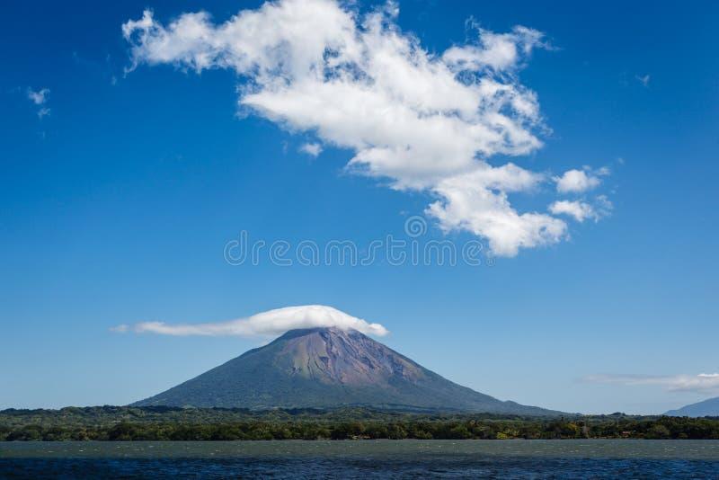 Σύλληψη ηφαιστείων προσέγγισης Ometepe στο νησί, Νικαράγουα από το νερό. στοκ εικόνες με δικαίωμα ελεύθερης χρήσης