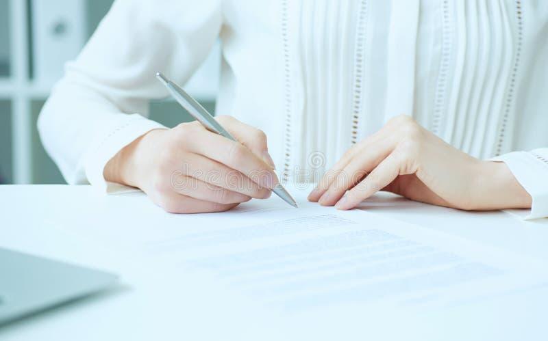 Σύμβαση σημαδιών χεριών επιχειρηματιών στο γραφείο Ο θηλυκός επιχειρηματίας βάζει την υπογραφή στην επίσημη συμφωνία Κερδοφόρα δι στοκ εικόνα με δικαίωμα ελεύθερης χρήσης