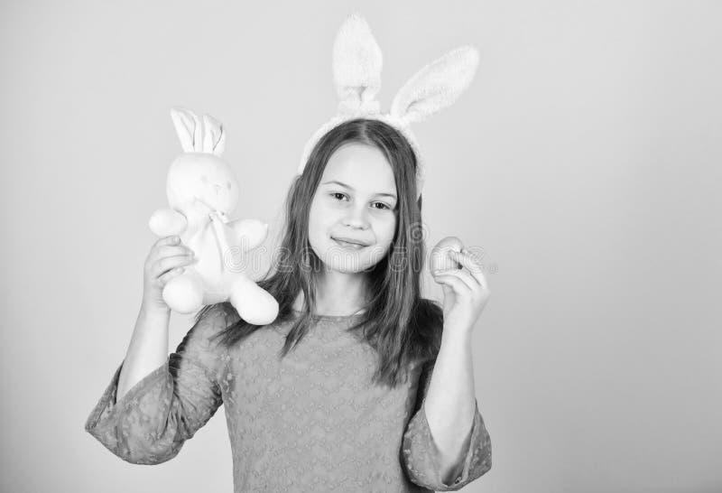 Σύμβολα και παραδόσεις Πάσχας Εύθυμο παιδί με το μαλακό παιχνίδι Συναντήστε τις διακοπές άνοιξη Κυνήγια αυγών Πάσχας ως τμήμα του στοκ φωτογραφία με δικαίωμα ελεύθερης χρήσης