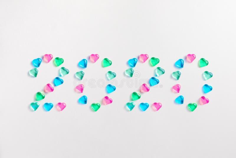 Σύμβολο από τον αριθμό 2020 φιαγμένο από χρωματισμένες κρητιδογραφία διακοσμητικές καρδιές γυαλιού στοκ εικόνες