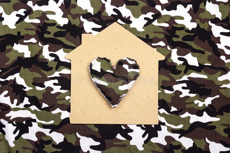 Σύμβολο ενός σπιτιού με μια καρδιά στο υπόβαθρο κάλυψης στοκ φωτογραφία με δικαίωμα ελεύθερης χρήσης
