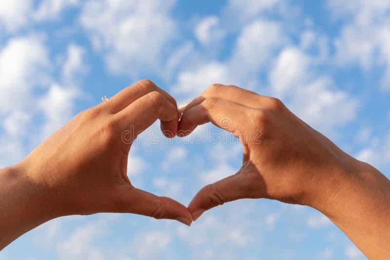 Σύμβολο καρδιών και ο μπλε νεφελώδης ουρανός στοκ εικόνες