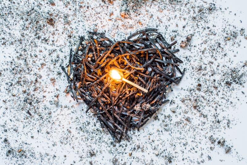 Σύμβολο καρδιών φιαγμένο από καίω-κάτω κινηματογράφηση σε πρώτο πλάνο αντιστοιχιών με μια καίγοντας αντιστοιχία στο κέντρο και τι στοκ φωτογραφία με δικαίωμα ελεύθερης χρήσης