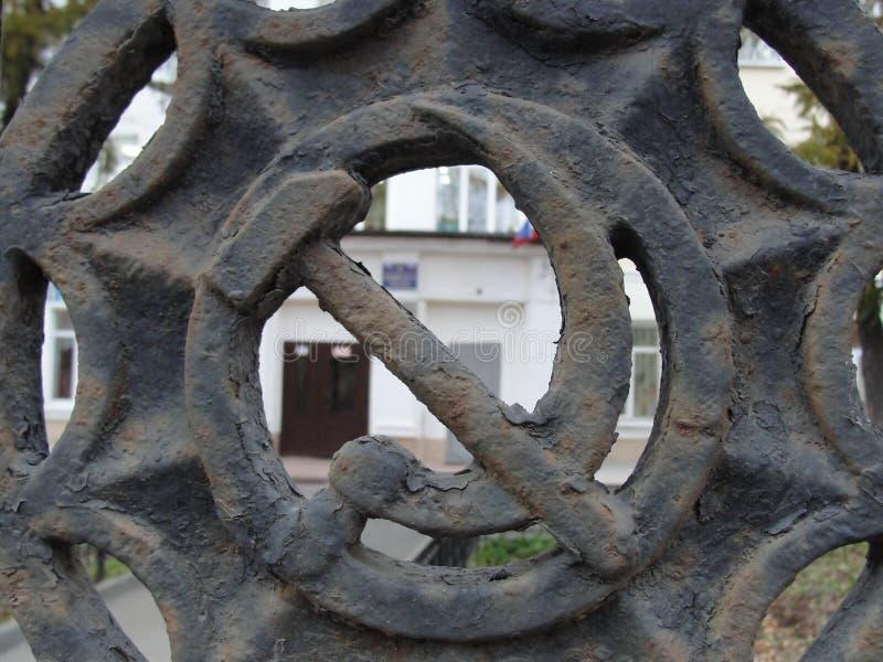 Σύμβολο της ΕΣΣΔ σφυριών και δρεπανιών στο φράκτη του ρωσικού σχολείου στοκ φωτογραφία