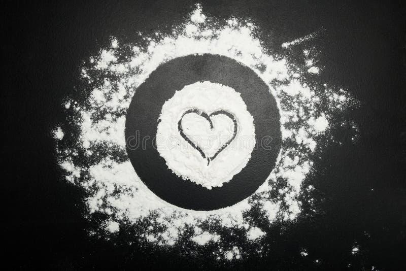 Σύμβολο της καρδιάς στο αλεύρι στοκ εικόνα
