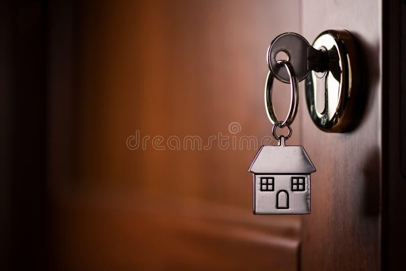 Κλειδί σπιτιών στην πόρτα Σύμβολο, χρώμιο στοκ εικόνες