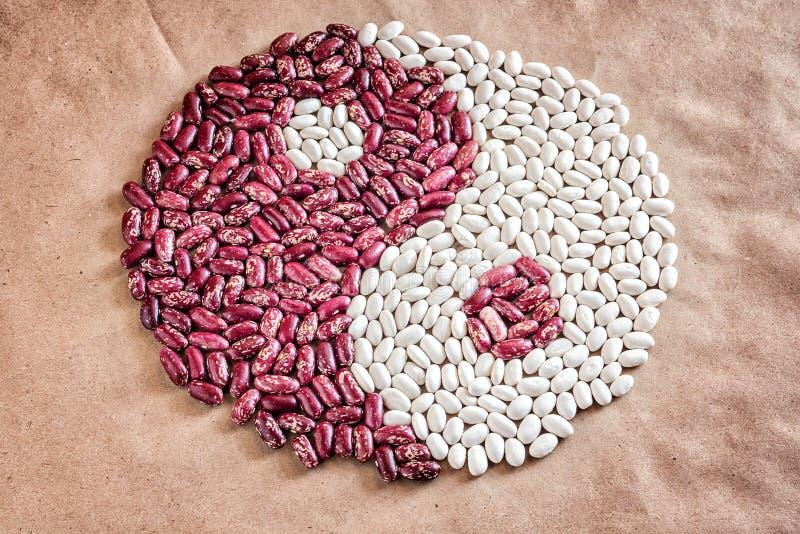 Σύμβολο Yan Yin του κόκκινου λευκού φασολιών φασολιών σιταριού σε χαρτί στοκ φωτογραφία