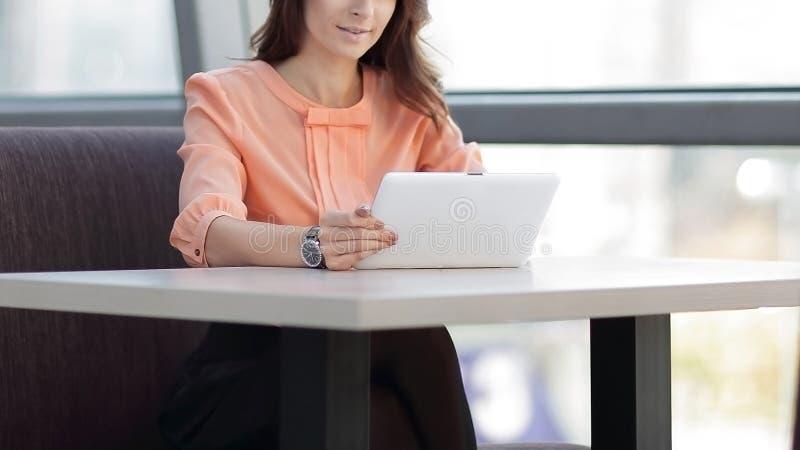Σύμβουλος γυναικών που χρησιμοποιεί μια ψηφιακή ταμπλέτα στον εργασιακό χώρο στο γραφείο στοκ εικόνες