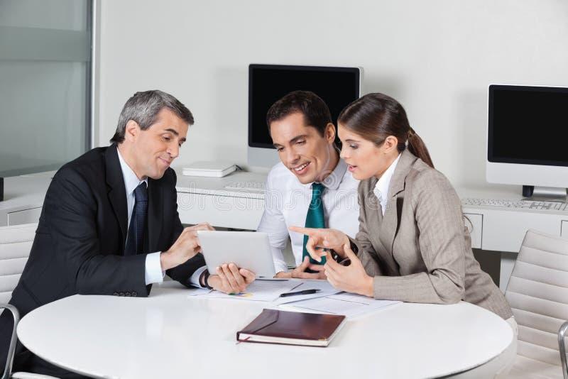 Σύμβουλος επιχειρησιακού φόρου με την ταμπλέτα στοκ εικόνα με δικαίωμα ελεύθερης χρήσης