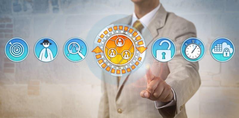 Σύμβουλος που επισημαίνει την απειλή Cyber στα κοινωνικά μέσα στοκ φωτογραφία με δικαίωμα ελεύθερης χρήσης