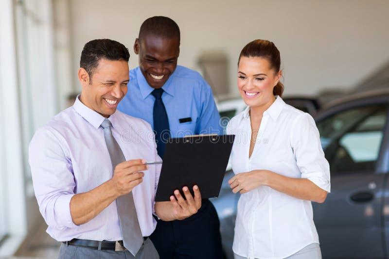 Σύμβουλοι πωλήσεων αυτοκινήτων στοκ εικόνες με δικαίωμα ελεύθερης χρήσης