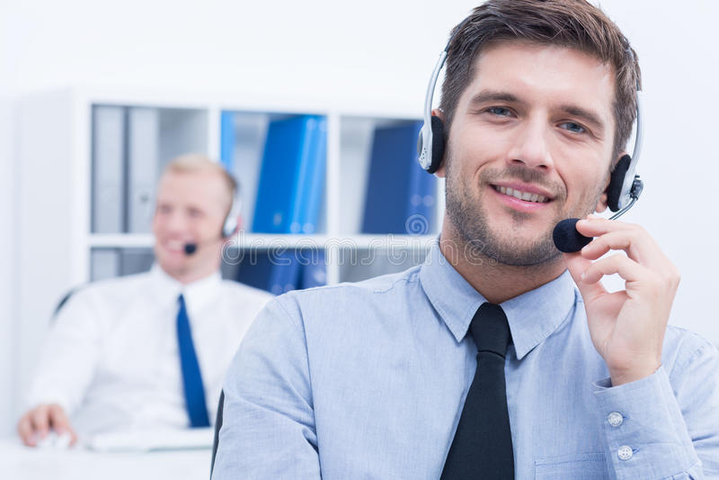 Σύμβουλος εξυπηρέτησης πελατών που φορά την κάσκα στοκ εικόνες