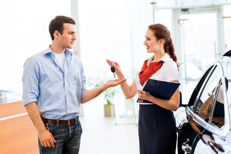 Σύμβουλος στην αίθουσα εκθέσεως και ο αγοραστής στοκ φωτογραφία με δικαίωμα ελεύθερης χρήσης