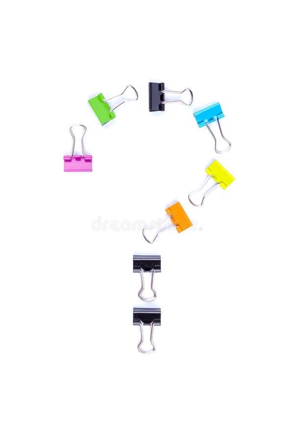 Σύμβολο ερωτηματικών που γίνεται από τους πολύχρωμους συνδέσμους συνδετήρων εγγράφου στοκ εικόνα