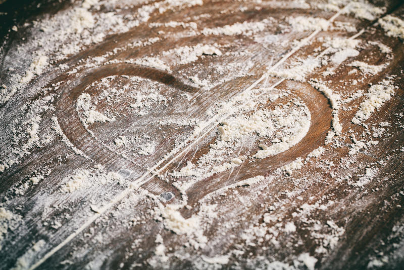 Σύμβολο καρδιών στο υπόβαθρο αλευριού στοκ εικόνες