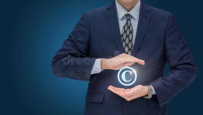 Σύμβολο πνευματικών δικαιωμάτων από έναν επιχειρηματία στοκ εικόνες με δικαίωμα ελεύθερης χρήσης