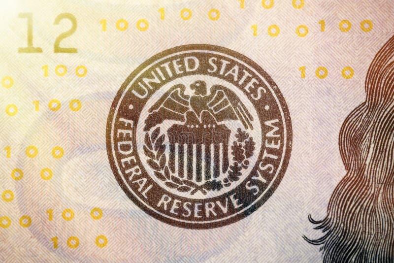 Σύμβολο συστημάτων Ηνωμένης Κεντρικής Τράπεζας των ΗΠΑ από το τραπεζογραμμάτιο εκατό δολαρίων Κλείστε αυξημένος με την επίδραση α στοκ φωτογραφίες