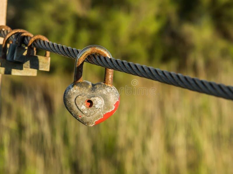 σύμβολο της αιώνιας αγάπης Παλαιά σκουριασμένα λουκέτα στο καλώδιο μετάλλων στοκ φωτογραφίες με δικαίωμα ελεύθερης χρήσης