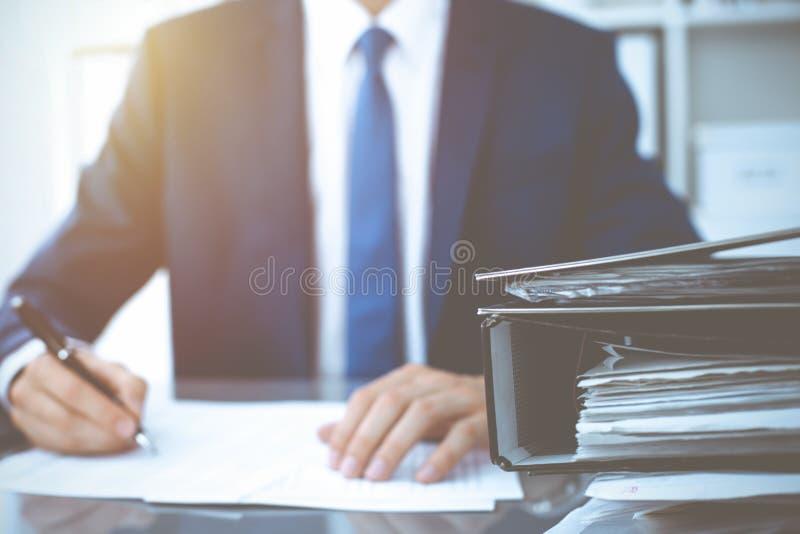 Σύνδεσμοι με τα έγγραφα που περιμένουν να υποβληθεί σε επεξεργασία με τον επιχειρηματία ή το λογιστή πίσω στη θαμπάδα Λογιστικός  στοκ φωτογραφίες