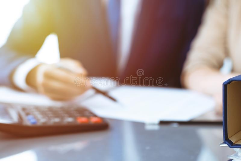 Σύνδεσμοι με τα έγγραφα που περιμένουν να υποβληθεί σε επεξεργασία με τον επιχειρηματία ή το λογιστή πίσω στη θαμπάδα Λογιστικός  στοκ εικόνες
