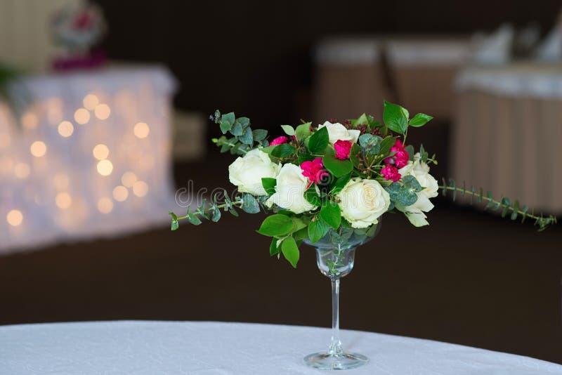 Σύνθεση γαμήλιων λουλουδιών στον πίνακα Ανθοδέσμη με τα τριαντάφυλλα στοκ φωτογραφίες με δικαίωμα ελεύθερης χρήσης