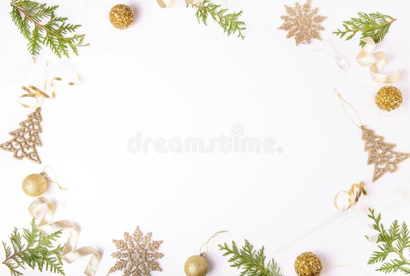 Σύνθεση διακοπών Χριστουγέννων Εορταστικό δημιουργικό χρυσό σχέδιο, χρυσή σφαίρα διακοπών ντεκόρ Χριστουγέννων με την κορδέλλα, s στοκ εικόνες