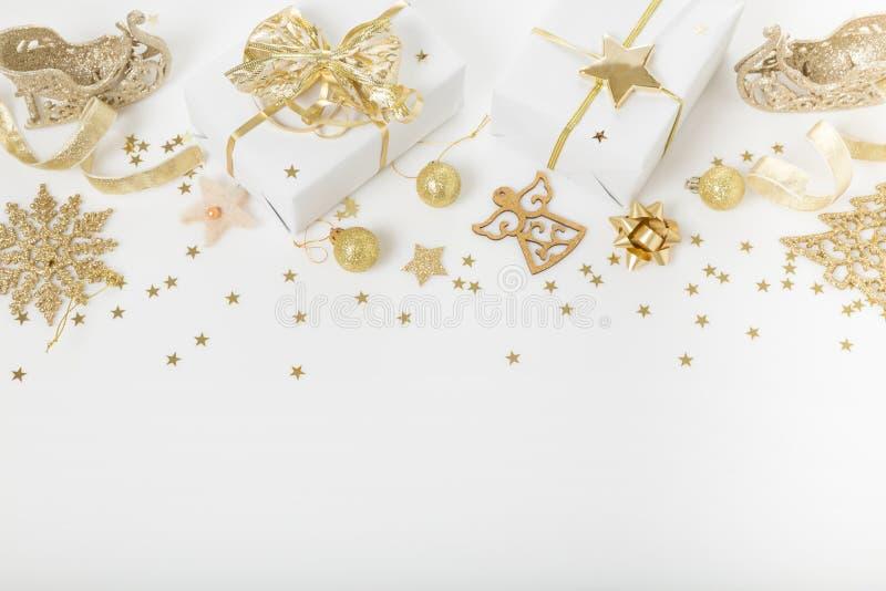 Σύνθεση διακοπών Χριστουγέννων Εορταστικό δημιουργικό χρυσό σχέδιο, χρυσή σφαίρα διακοπών ντεκόρ Χριστουγέννων με την κορδέλλα, s στοκ φωτογραφία με δικαίωμα ελεύθερης χρήσης