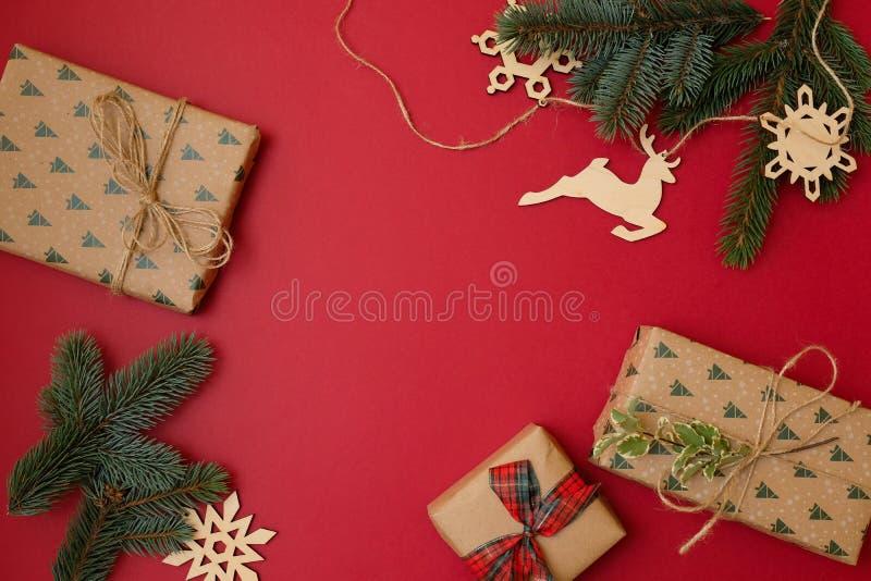 Σύνθεση διακοπών Χριστουγέννων στο κόκκινο υπόβαθρο με το διάστημα αντιγράφων για το κείμενό σας Κλάδοι έλατου χριστουγεννιάτικων στοκ εικόνα με δικαίωμα ελεύθερης χρήσης
