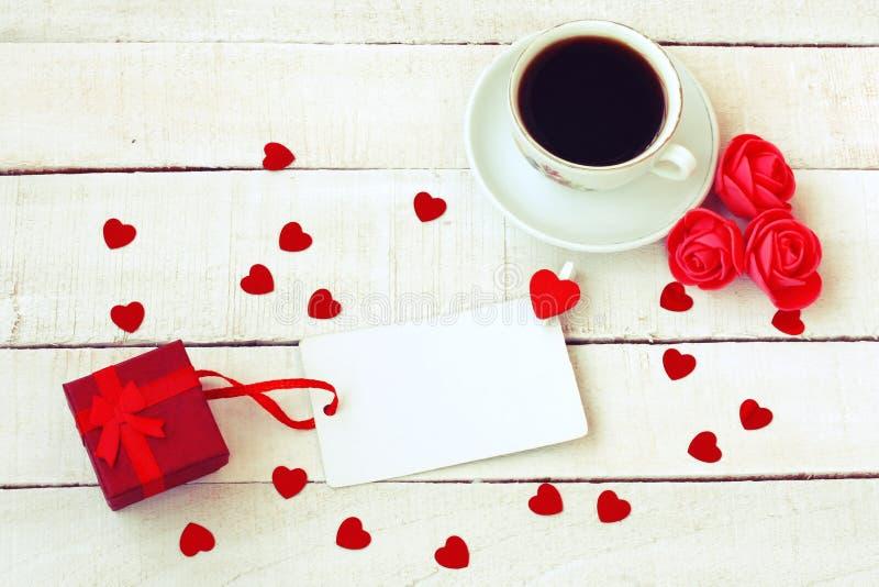 Σύνθεση ημέρας βαλεντίνων, φλιτζάνι του καφέ, κιβώτιο δώρων, εκλεκτής ποιότητας sty στοκ εικόνα με δικαίωμα ελεύθερης χρήσης
