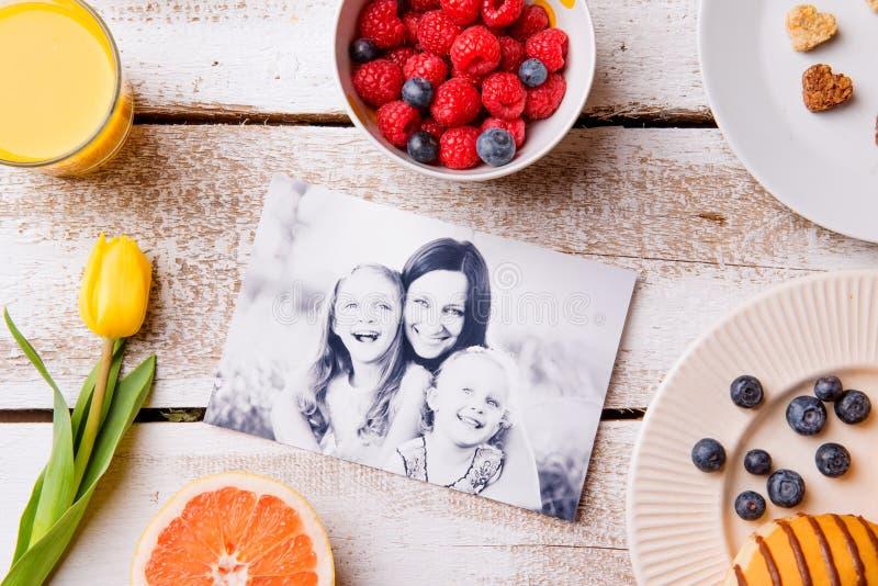 Σύνθεση ημέρας μητέρων Γραπτά εικόνα και πρόγευμα μ στοκ φωτογραφία