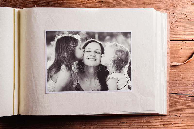 Σύνθεση ημέρας μητέρων Λεύκωμα φωτογραφιών, γραπτή εικόνα W στοκ εικόνες