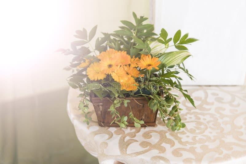 Σύνθεση λουλουδιών που γίνεται με τα πορτοκαλιά λουλούδια στο γάμο ως διακόσμηση στοκ εικόνες