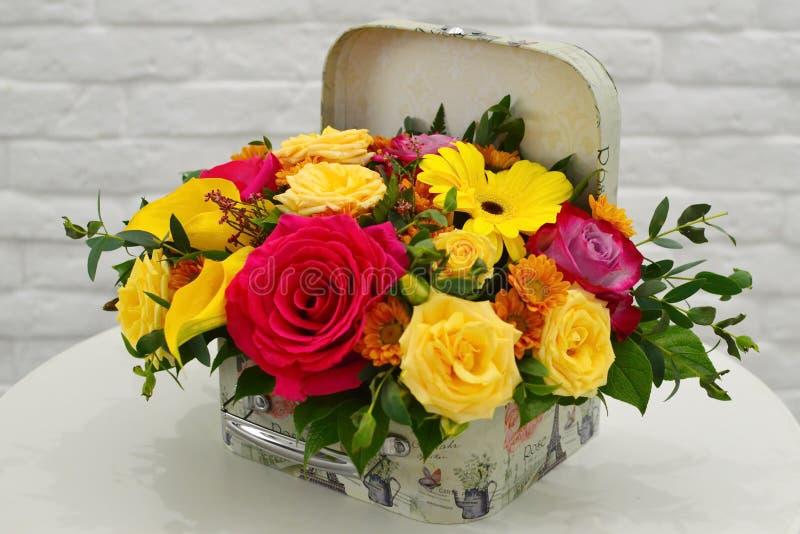 Σύνθεση λουλουδιών σε ένα μοντέρνο κιβώτιο καπέλων στοκ εικόνες