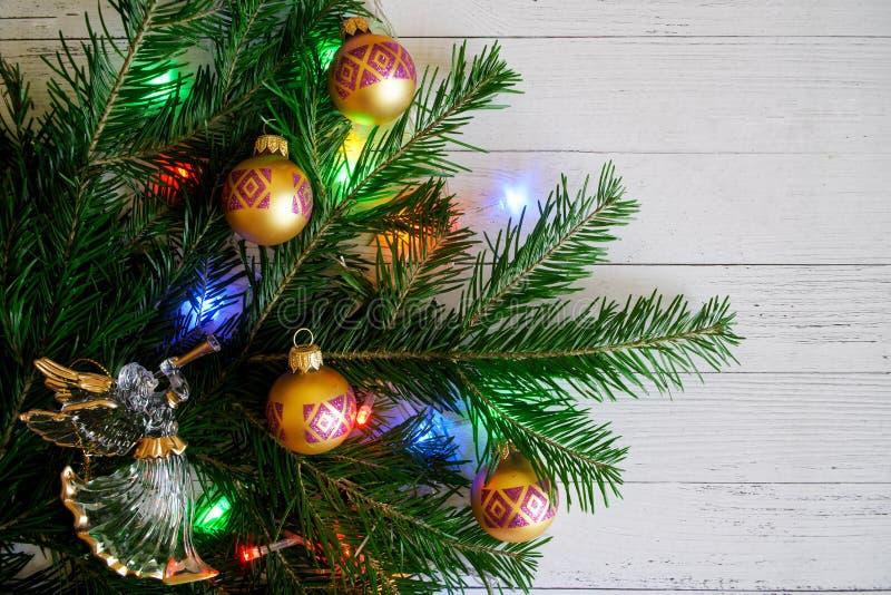 Σύνθεση με ένα χριστουγεννιάτικο δέντρο, ένας άγγελος, όμορφες σφαίρες και στοκ φωτογραφία με δικαίωμα ελεύθερης χρήσης