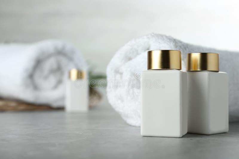 Σύνθεση με καλλυντικά προϊόντα σε πέτρινο τραπέζι, χώρος κειμένου Θεραπεία με Spa στοκ φωτογραφία με δικαίωμα ελεύθερης χρήσης