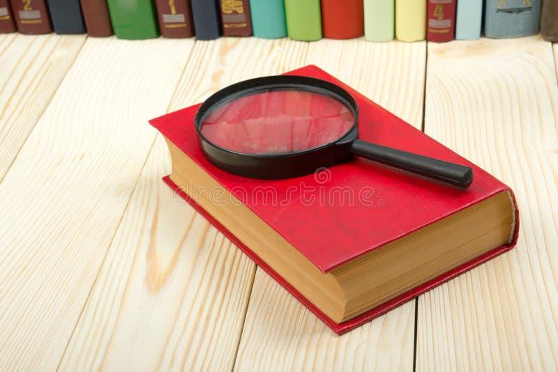 Σύνθεση με τα βιβλία και την ενίσχυση βιβλίων με σκληρό εξώφυλλο - γυαλί στον πίνακα Πίσω στο σχολείο, διάστημα αντιγράφων Υπόβαθ στοκ εικόνες