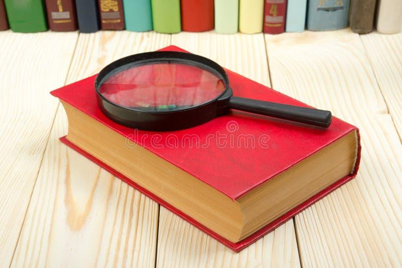 Σύνθεση με τα βιβλία και την ενίσχυση βιβλίων με σκληρό εξώφυλλο - γυαλί στον πίνακα Πίσω στο σχολείο, διάστημα αντιγράφων Υπόβαθ στοκ φωτογραφίες με δικαίωμα ελεύθερης χρήσης