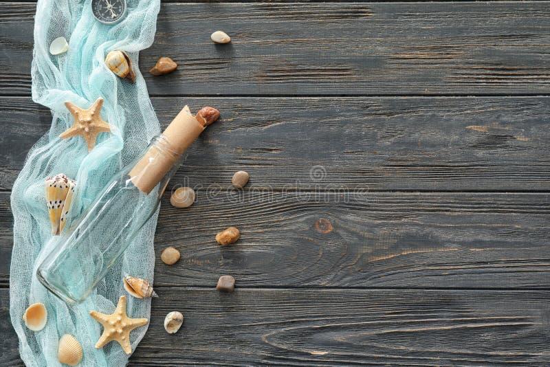 Σύνθεση με τα διαφορετικά κοχύλια θάλασσας στο ξύλινο υπόβαθρο στοκ εικόνα