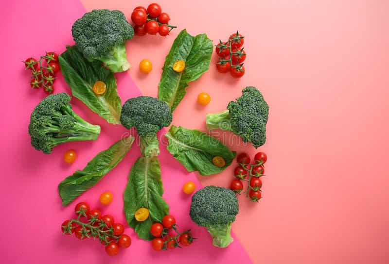 Σύνθεση με τα διαφορετικά λαχανικά στο υπόβαθρο χρώματος στοκ φωτογραφίες