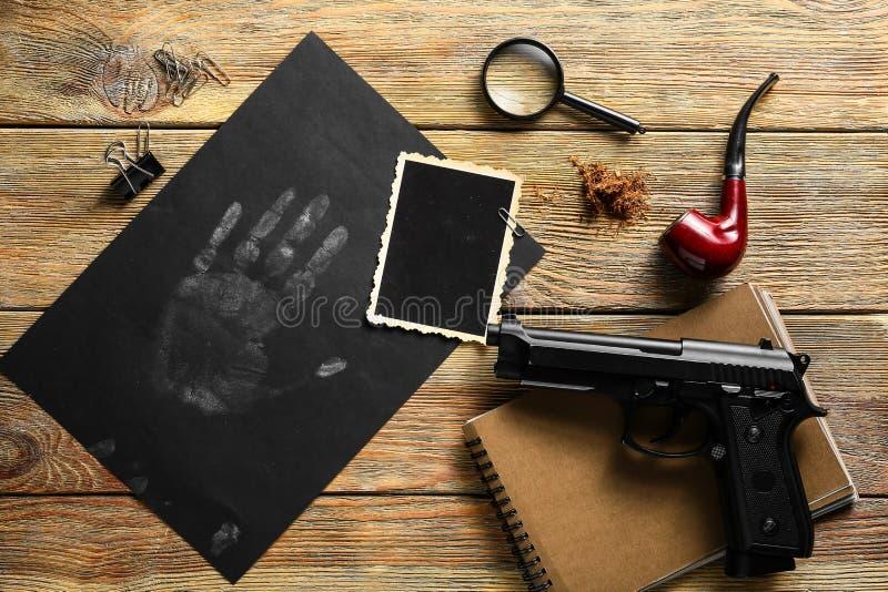 Σύνθεση με τα διαφορετικά στοιχεία για τον ιδιωτικό αστυνομικό στον ξύλινο πίνακα στοκ εικόνες με δικαίωμα ελεύθερης χρήσης