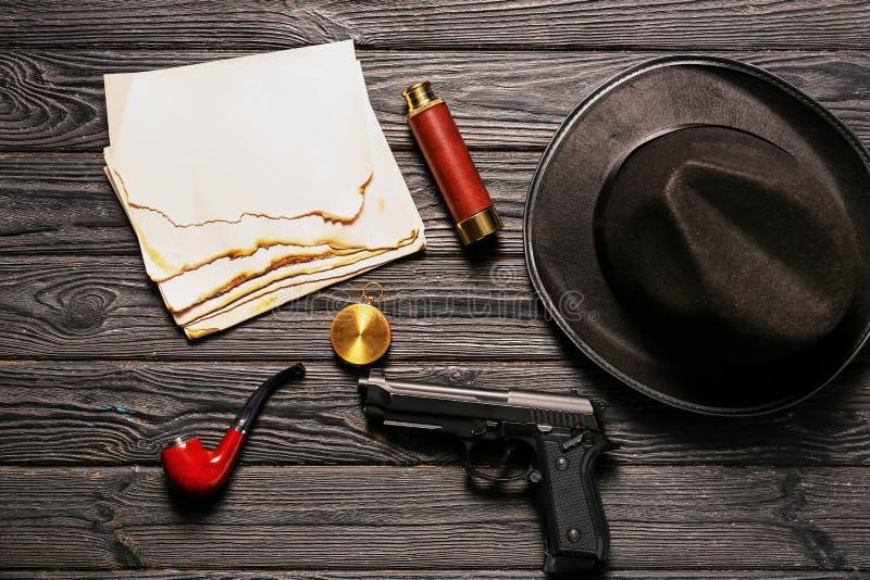 Σύνθεση με τα διαφορετικά στοιχεία για τον ιδιωτικό αστυνομικό στο ξύλινο υπόβαθρο στοκ εικόνα