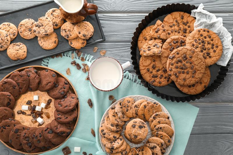 Σύνθεση με τα μπισκότα και το γάλα τσιπ σοκολάτας στο ξύλινο υπόβαθρο στοκ φωτογραφία